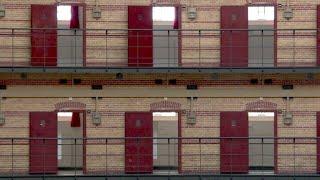 Dutzende ehemalige Haftanstalten der Niederlande beherbergen keine Häftlinge mehr, sondern Unternehmen, deren Mitarbeiter im Gegensatz zu den früheren Insassen ein und ausgehen können. Sinkende Kriminalitätsraten und neue Konzepte im Strafvollzug führten dazu, dass 27 Vollzugsanstalten seit 2014 geschlossen und zu Büro- oder Wohngebäuden, Restaurants und Universitäten umgebaut wurden.