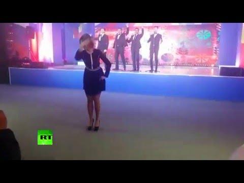 Мария Захарова станцевала калинку для журналистов - DomaVideo.Ru