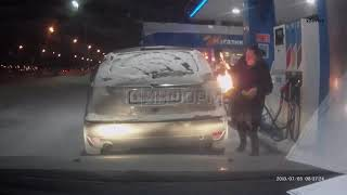 Ognista dziewuszka na stacji benzynowej. Ku przestrodze