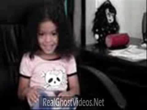 開心拍著可愛女兒 背後洋娃娃卻讓人嚇傻 不仔細看還沒看懂