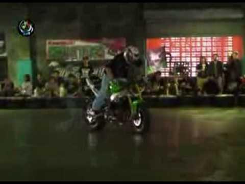 DVB - ထိုင္းဆိုင္ကယ္စတန္႔စီး ခ်န္ပီယံေရႊးပြဲမွာ ျမန္မာႏိုင္ငံသား စတုထၱဆုရရွိ:  DVB TV -ဘန္ေကာက္ျမိဳ႕မွာ က်င္းပတဲ့ Kawasaki Stunt King ဆိုုင္ကယ္ စတန္႔စီးအားကစား ခ်ံပီယံေရြးပြဲမွာ ျမန္မာႏိုင္ငံသား ခ်န္ပီယံေဟာင္းက စတုုထၱဆုု ရရွိခဲ့ပါတယ္။ ရိုက္ကူး/တင္ဆက္- ရဲ၀င့္သူ