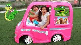 Maria Clara e JP andam no carro de brinquedo para piquenique radical! ♥ Barbie car Camping adventure