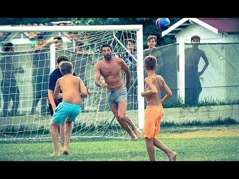 cuore buffon: gioca a calcio con dei ragazzini durante le vacanze
