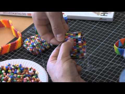armbånd - Se hvordan du laver armbånd og andre smykker af Hama rørperler i filmen her. Se flere kreative film på http://www.avformshop.dk/av-form-tv og køb dine materi...