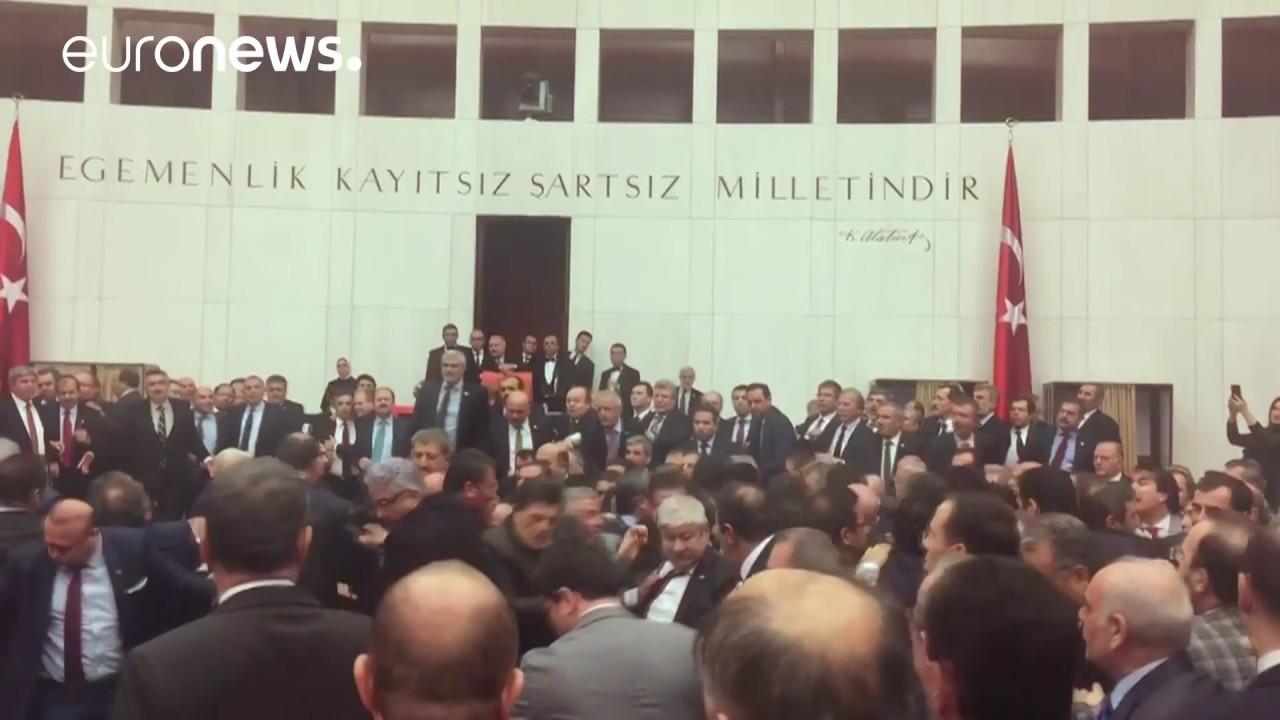 Τουρκία: Απίστευτες σκηνές στο κοινοβούλιο