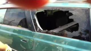 Jak rozbić szybę samochodową używając tylko palców!