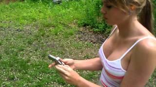 這是一把超迷你手槍,你看到重點了嗎?(正妹)