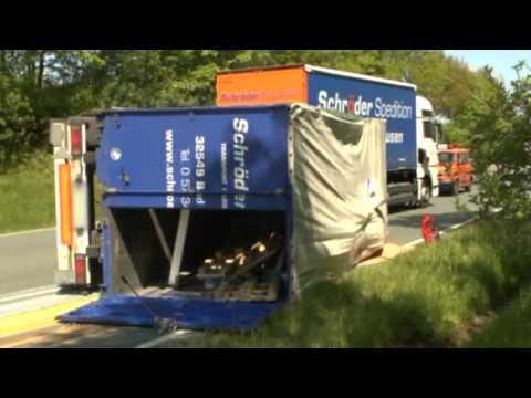 Korbach: Lkw-Anhänger kippt auf Umgehung um