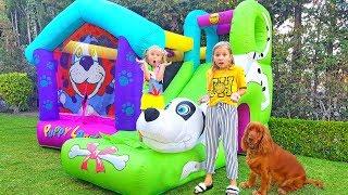 Anak-anak membangun rumah untuk anjing. Luncuran Karet Besar