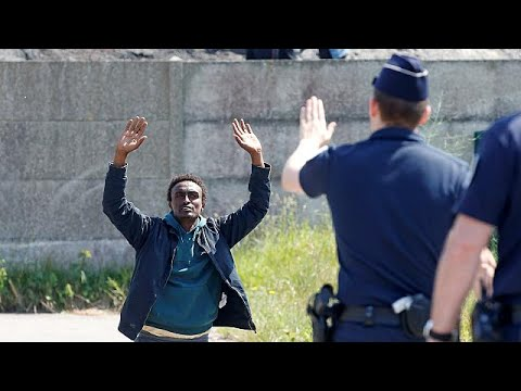 Η αστυνομική βία στο Καλαί καλά κρατεί