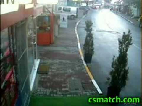 Tipo choca contra auto estacionado y se va de bruces