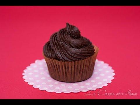 curso de chocolate - Ingredientes (para cubrir 12 cupcakes): 300 gr. de azúcar glas. 100 gr. de mantequilla. 40 gr. de cacao en polvo (yo uso el de la marca Valor sin azúcar). 3 ...