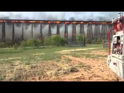 Impresionante: Fuego consume y derrumba puente de ferrocarril
