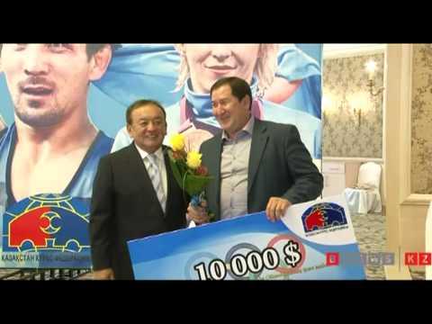 Президент казахстанской федерации борьбы премировал призеров Олимпиады.