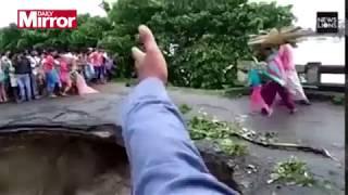 Cặp vợ chồng và đứa con nhỏ chỉ còn cách đầu cầu bên kia vài cm thì sự cố xảy ra. Sự việc xảy ra tại bang Bihar ở miền bắc Ấn...