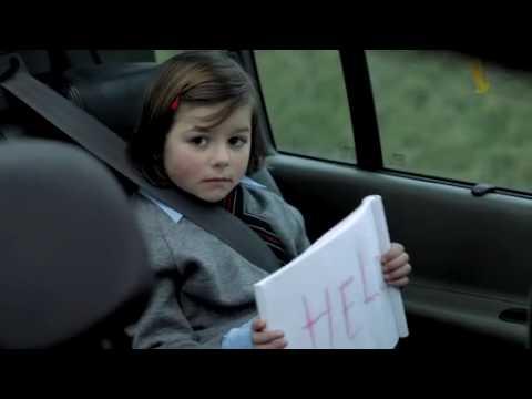 Τι σημείωμα δείχνει στον αστυνομικό το κοριτσάκι;