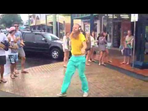 Anh chàng gây sốt với màn khiêu vũ điên rồ giữa phố