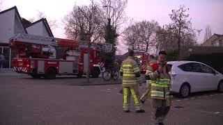 Brandweer drukt met controleren van schoorsteenbrand