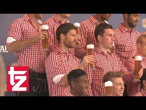fc - Am Sonntag fand das alljährliche Lederhosen-Shooting des FC Bayern statt. Mit dabei die Neuzugänge Xabi Alonso, Mehdi Benatia und Robert Lewandowski, die alle die bayerische Kultur kennenlernten.