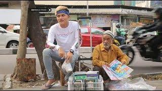 Video Berbagi Rizki - Keliling Berjualan Buku Bersama Engkong Husein (2/3) MP3, 3GP, MP4, WEBM, AVI, FLV Januari 2019
