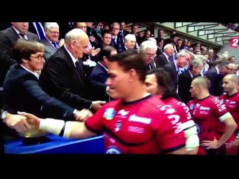 Un joueur de rugby refuse de serrer la main de François Hollande !