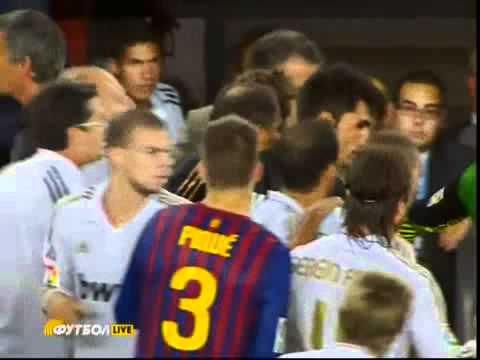 Jose Mourinho pokes the eye of Barcelona coach Tito Vilanova (видео)
