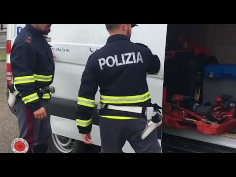 Rubano attrezzatura da furgone in sosta e speronano Polstrada, arrestati