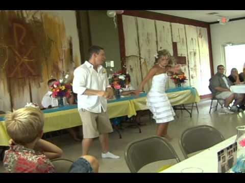Bohém, mezítlábas esküvői meglepetés tánc