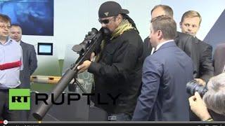 Nonton Russia: Steven Seagal wields Russian sniper rifles at OboronExpo 2014 Film Subtitle Indonesia Streaming Movie Download