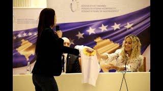 """Rita Ora merr dhuratë bluzën """"Ti je një luledielli"""""""