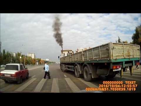 В Воронеже у памятника Славы фура едва не задавила  пешеходов на зебре (видео)