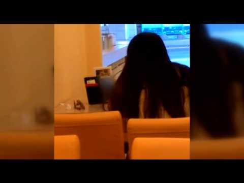 約會前自習一下,勤學女子在餐廳觀看謎片 ,邊看邊上下套弄好害羞~