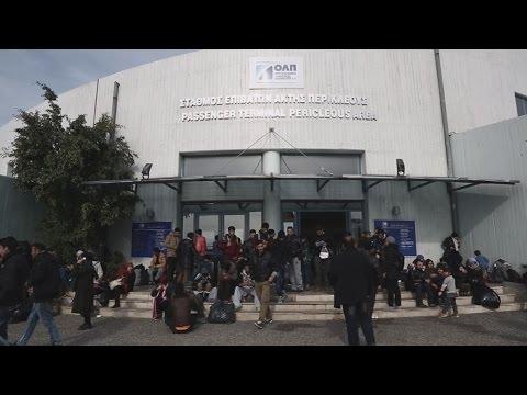 Εγκλωβισμένοι στην πύλη Ε1 πρόσφυγες και μετανάστες