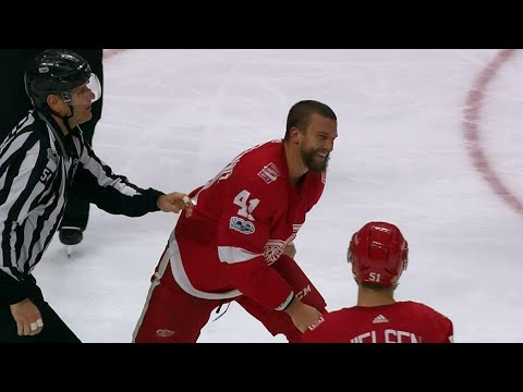 Glendening bloody & smiling after filling in Ekblad during fight (видео)