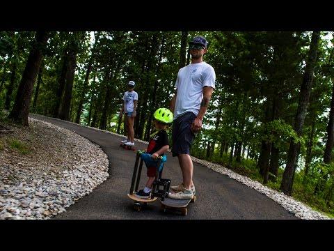 Un bambino fa longboard con suo padre