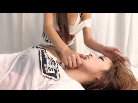 兩個爆咪咪正妹教你如何做CPR~~