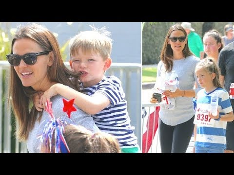 EXCLUSIVE - Jennifer Garner Nearly Loses Her Children During The 4th Of July Parade