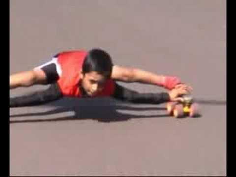 طفل مطاطى فى الهند ينزلج تحت السيارات