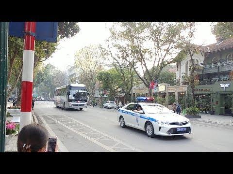 Chỉ là đoàn phóng viên, báo chí vẫn được CSGT hộ tống như thường - Police Camry uses bull horn - Thời lượng: 70 giây.