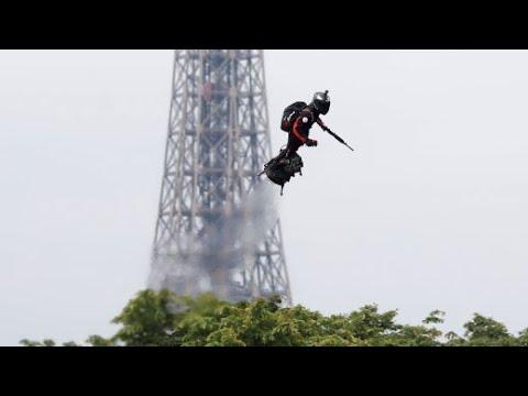 Soldat fliegt auf Flyboard am Nationalfeiertag über Parist