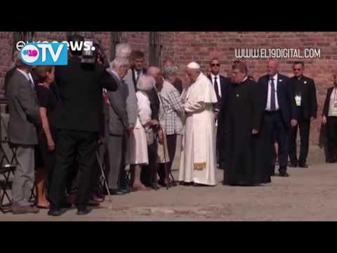 El Papa Francisco rezó en silencio en el campo de exterminio nazi de Auschwitz