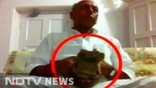 لحظة حصول وزير هندي على رشوة