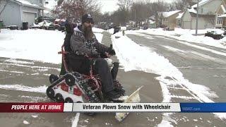 Il transforme son fauteuil roulant en chasse-neige pour trottoirs.
