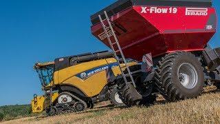 Vidéo d'un chantier de moisson de blé réalisé par une New Holland CR 9090 et de sa coupe de plus de 9 mètres. Celle-ci est...
