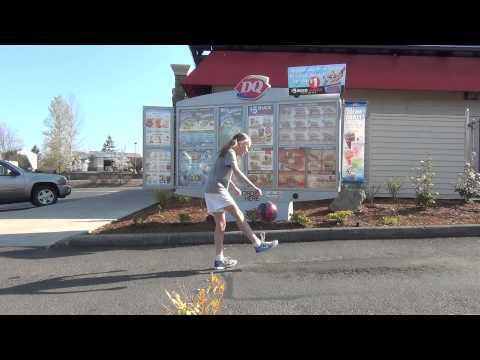 Garota de 12 anos surpreende com sua habilidade de fazer embaixadinhas