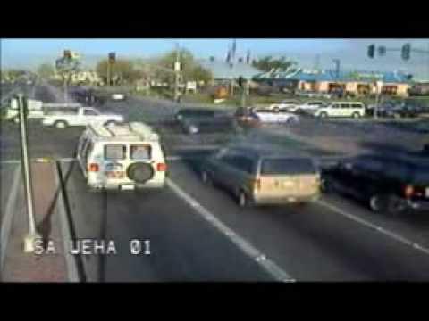 「[奇跡]交差点を猛スピードで突き抜ける1台の自動車。」のイメージ