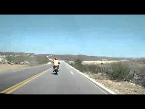 Motociclista imprudente trafega na Rodovia PB 177 entre Nova Palmeira/PB e Pedra Lavrada/PB