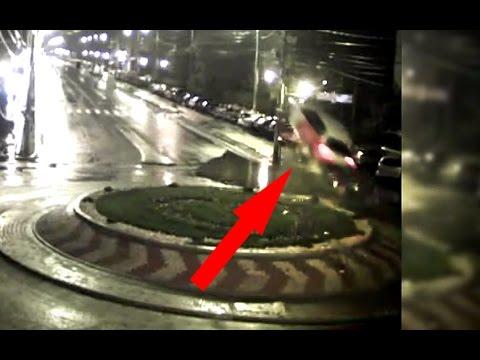 Liikenneympyrä yllättää öisen kaaharin jossain Romaniassa