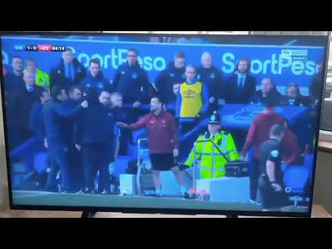 Özil Throwing Jacket At Arsenal Manager