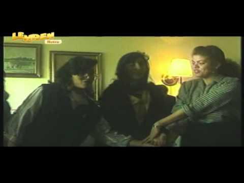 معجبات أميتاب باتشان في مصر يغنين له خلال زيارته الأولى لها في 1991